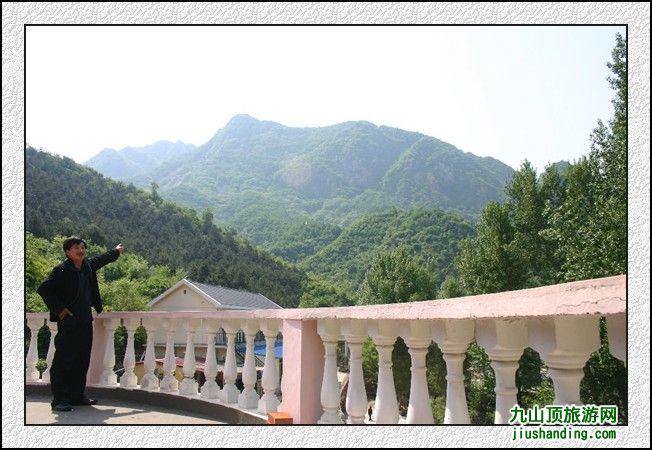 站在善知园农家院露台远眺群山绿树